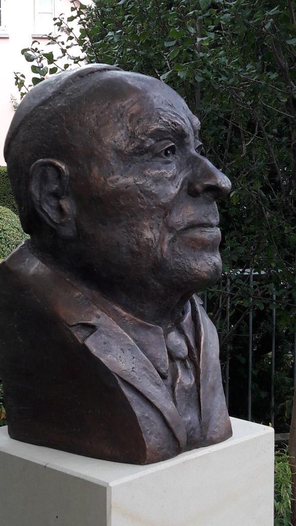 Vor der Synagoge wurde eine Büste von Rabbiner Leo Trepp enthüllt von Oberbürgermeister Jürgen Krogmann