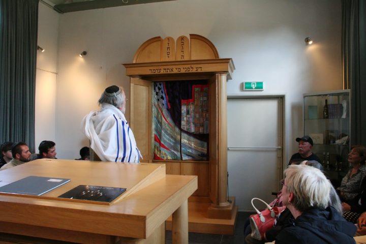 Der Vorsitzender der jüdischen Gemeinde zu Zuidlaren zeigt Parochet und Toramäntel, gestickt von der Künstlerin Saskia Weishut-Snapper